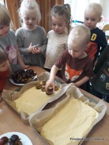Pieczemy ciasto ze śliwkami w gr. II